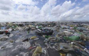 Des déchets plastiques sur une plage près de Dakar, le 2 septembre 2015 [Seyllou / AFP/Archives]