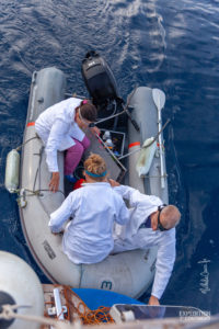 Les scientifiques d'Expédition 7e continent réalisent des prélèvements dans l'océan.